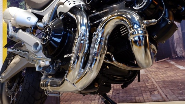 Mengapa Knalpot Sepeda Motor Identik di Sebelah Kanan? (97040)