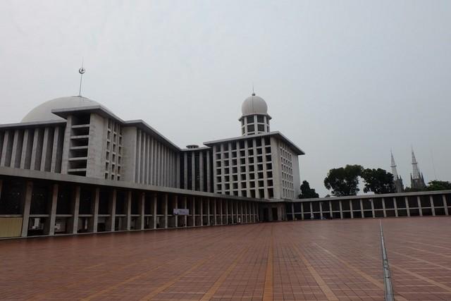 MAsjid Istiqlal dan Gereja Katedral berdampingan.JPG