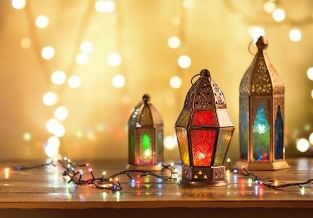 dekorasi lebaran berupa tempat lilin atau lentera lampu berbentuk kubah masjid warna-warni
