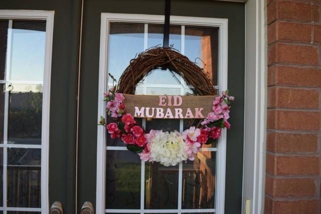 dekorasi lebaran berupa rangkaian bunga melingkar di pintu utama