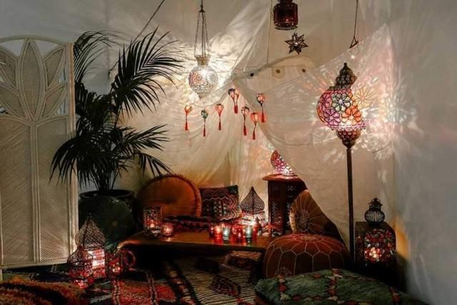 dekorasi lebaran bertema maroko dengan karpet permadani dan bantal dekorasi serta lentera warna-warni