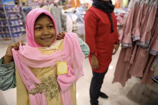 Darwati Berbagi bersama Anak Yatim dan Anak Pemulung belanja baju baru hari raya  (8).JPG