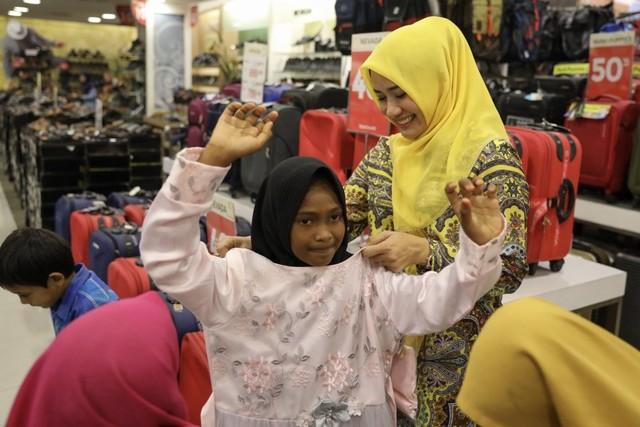 Darwati Berbagi bersama Anak Yatim dan Anak Pemulung belanja baju baru hari raya  (11).JPG
