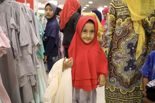 Darwati Berbagi bersama Anak Yatim dan Anak Pemulung belanja baju baru hari raya  (9).JPG