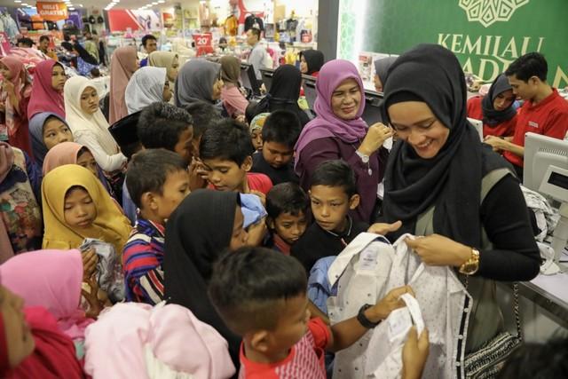 Darwati Berbagi bersama Anak Yatim dan Anak Pemulung belanja baju baru hari raya  (6).JPG