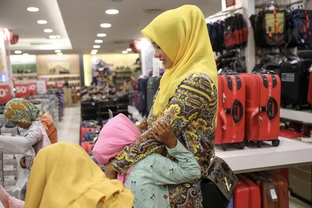 Darwati Berbagi bersama Anak Yatim dan Anak Pemulung belanja baju baru hari raya  (10).JPG