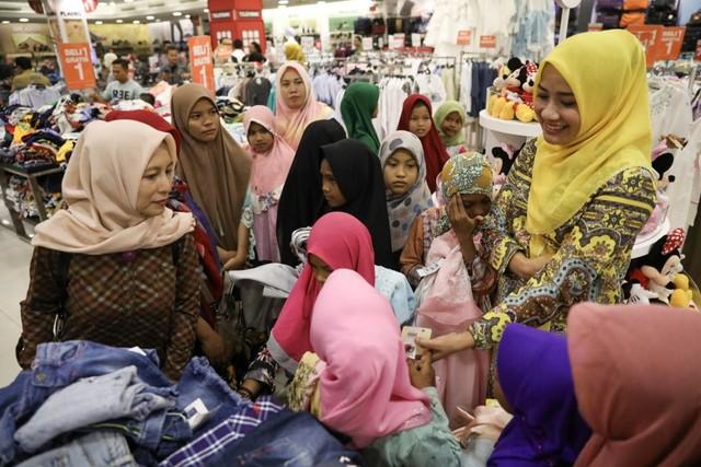 Darwati Berbagi bersama Anak Yatim dan Anak Pemulung belanja baju baru hari raya  (1).JPG