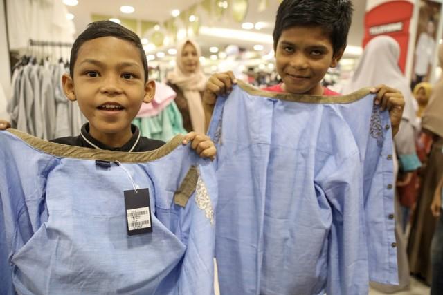 Darwati Berbagi bersama Anak Yatim dan Anak Pemulung belanja baju baru hari raya  (7).JPG