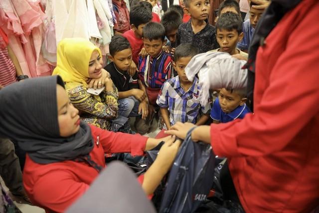 Darwati Berbagi bersama Anak Yatim dan Anak Pemulung belanja baju baru hari raya  (4).JPG