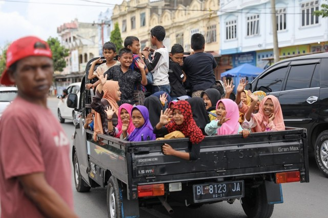 Darwati Berbagi bersama Anak Yatim dan Anak Pemulung belanja baju baru hari raya  (2).JPG