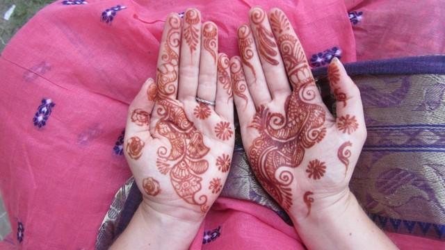 Ilustrasi wanita memakai henna