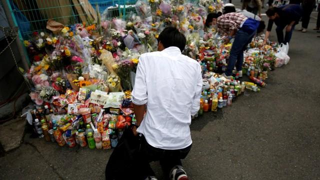 Masyarakat berdoa, lokasi penikaman di Kawasaki, Jepang