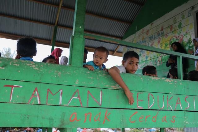 Makanan Dibalas Senyuman: Berbagi dengan Anak-anak Pemulung di Aceh (111739)