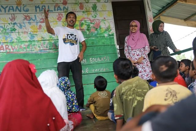 Makanan Dibalas Senyuman: Berbagi dengan Anak-anak Pemulung di Aceh (111740)