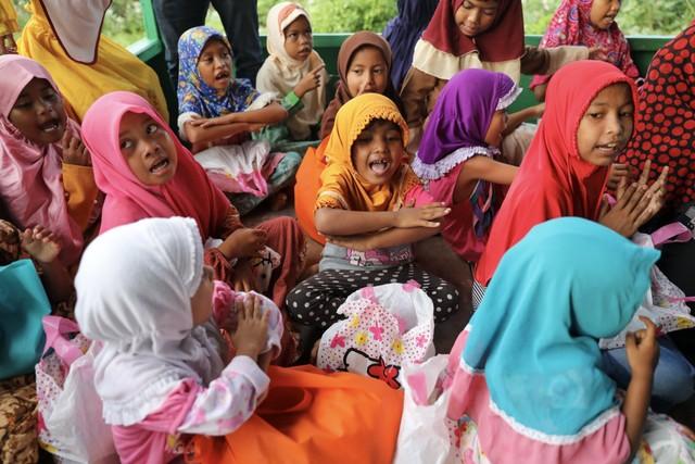 Makanan Dibalas Senyuman: Berbagi dengan Anak-anak Pemulung di Aceh (111741)