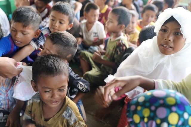 Makanan Dibalas Senyuman: Berbagi dengan Anak-anak Pemulung di Aceh (111744)