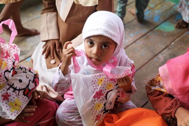 Makanan Dibalas Senyuman: Berbagi dengan Anak-anak Pemulung di Aceh (111745)