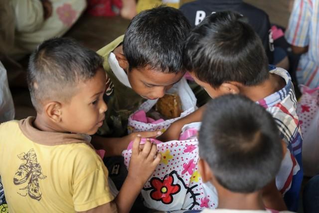 Makanan Dibalas Senyuman: Berbagi dengan Anak-anak Pemulung di Aceh (111746)