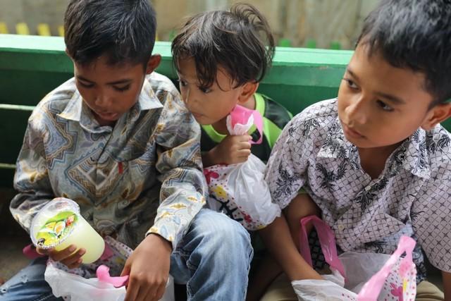 Makanan Dibalas Senyuman: Berbagi dengan Anak-anak Pemulung di Aceh (111747)
