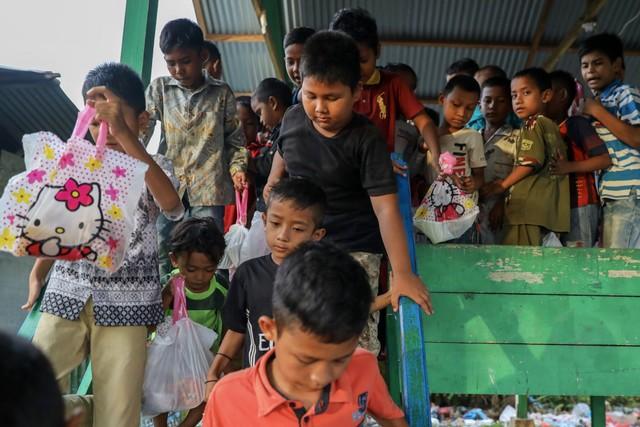 Makanan Dibalas Senyuman: Berbagi dengan Anak-anak Pemulung di Aceh (111749)