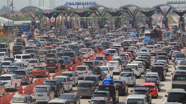 Kendaraan pemudik memadati pintu gerbang tol Cipali, Palimanan, Cirebon, Jawa Barat, Kamis (30/5/2019).