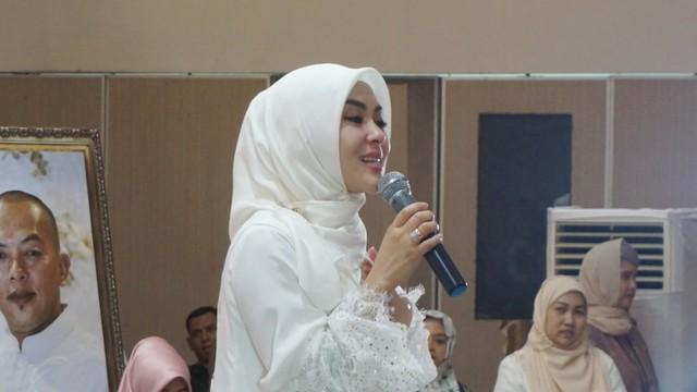 Syahrini menggelar acara 'Syahrini Berbagi' di Masjid Az-Zikra, Sentul