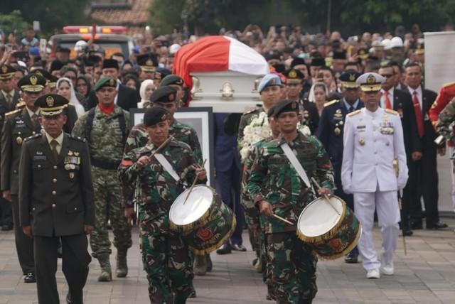 Ani Yudhoyono, di Taman Makam Pahlawan Kalibata,