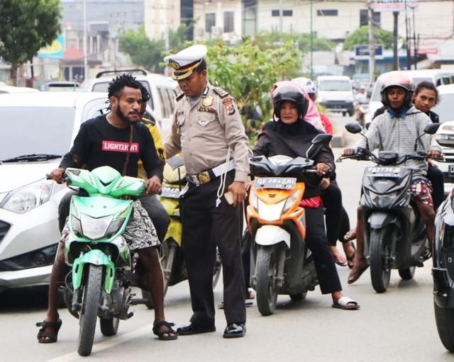 Pengandara motor mendapat teguran akibat tak gunakan helm standar-Foto Humas Polda Papua.jpg