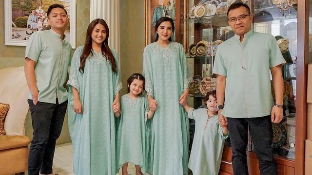 Foto bersama keluarga Anang, Ashanty, Lebaran