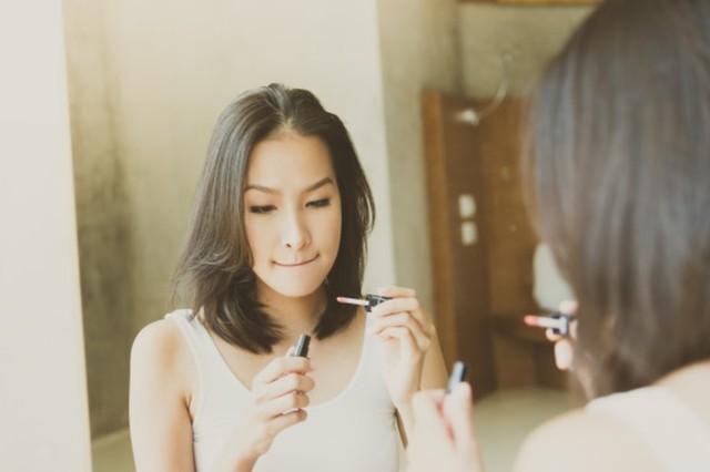 Ilustrasi memakai makeup