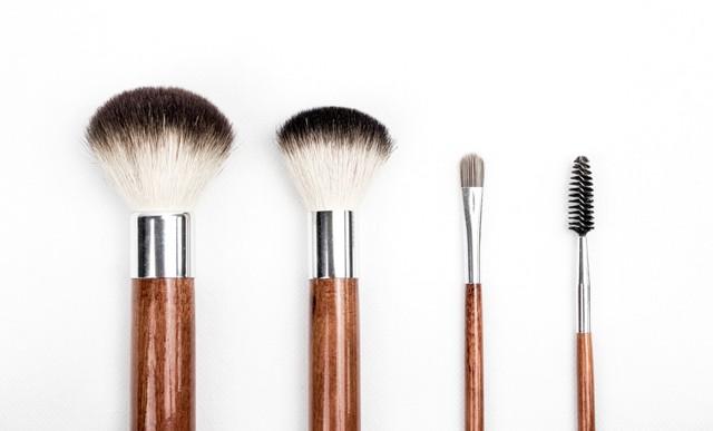 Tips Makeup: Cara Memakai Bedak yang Tepat agar Kulit Tampak Flawless (16900)