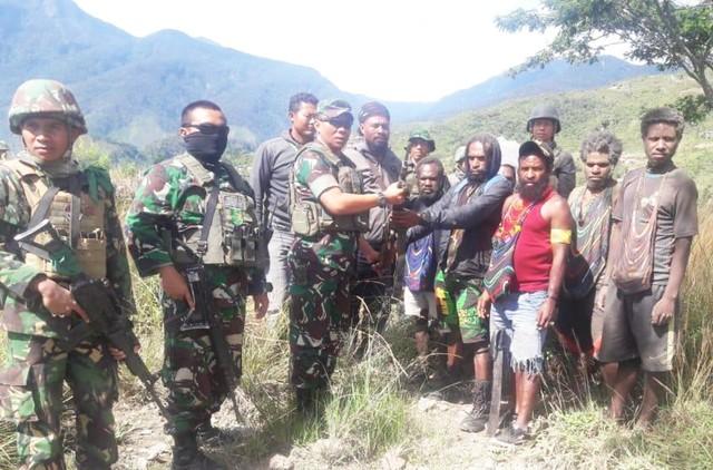 Anggota KKSB Puncak Jaya beranama Telangga Gire bersama rekanya serahkan diri ke aparat keamanan di Distrik Illu, Kabupaten Puncak Jaya, Papua-Foto Pendam XVII Cenderawasih.jpg