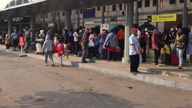 Suasana kedatangan di Stasiun Pasar Senen, Jakarta Pusat, Minggu (9/6)