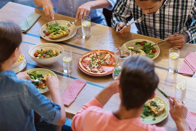 Ilustrasi makan enak di restoran