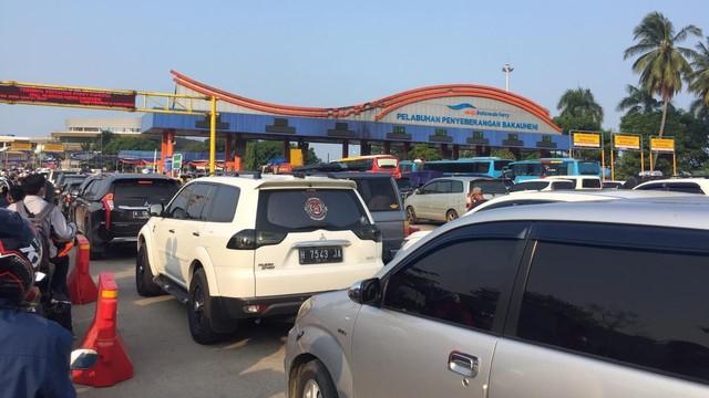 Antrean Kendaraan di Pintu Masuk Pelabuhan Bakauheni Menumpuk 2 Km (39517)