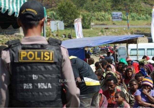 Polisi di Puncka Jaya_BumiPapua_Katharina.jpg