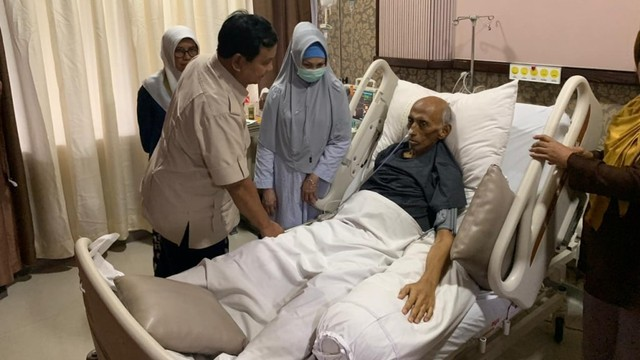 Prabowo Subianto jenguk jenderal George Toisutta