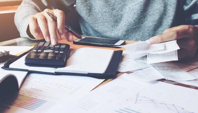 com-Ilustrasi melakukan perhitungan anggaran