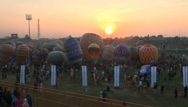 Tradisi menerbangkan balon udara saat syawalan di Pekalongan