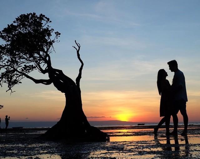 Senja yang indah di Pantai Walakiri menemani kisah pasangan Titi Kamal dan Christian Sugiono
