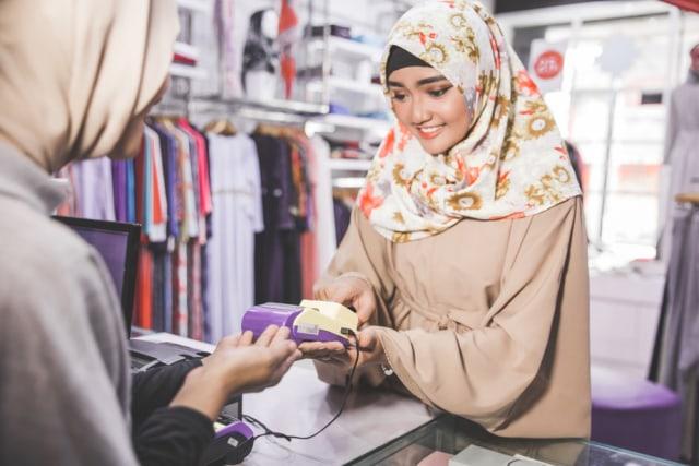 com-Ilustrasi Transaksi Cashless Muslim Hijab