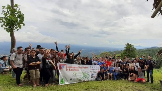Relawan Konservasi Tanam 500 Bibit Pohon di Bukit Kaki Dian Minut (317915)