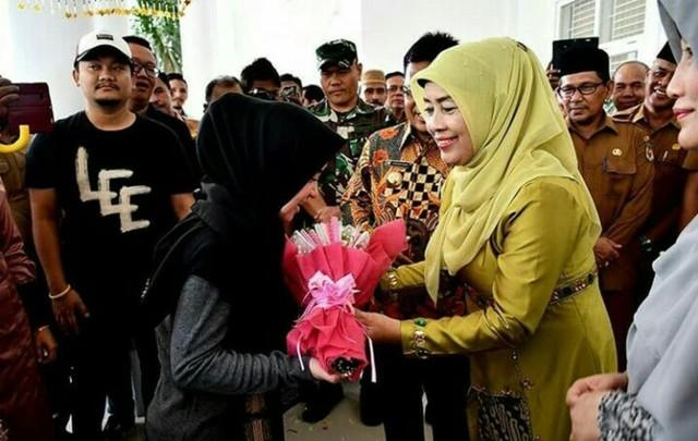 Tiba di Banda Aceh, Sabyan Gambus Disambut Prosesi Peusijuek (70834)