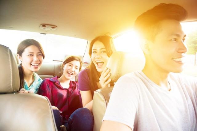 com-Usir rasa bosam dalam mobil dengan mendengrkan musik.