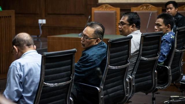 SIDANG PLEDOI SUAP DPRD KALTENG, Empat terdakwa kasus suap terkait pencemaran limbah sawit Borak Milton (kiri), Punding LH Bangkan (kedua kiri), Edy Rosada (kedua kanan), Arisavanah