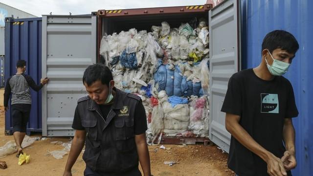 Isi salah satu kontainer sampah impor di Batam.