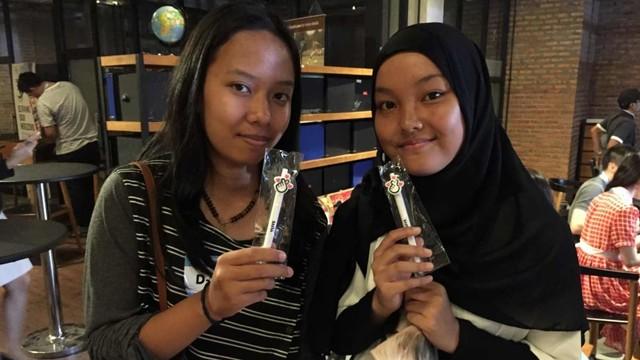 Hara (kanan) dan rekannya selepas sesi V Live The Boyz di Jakarta