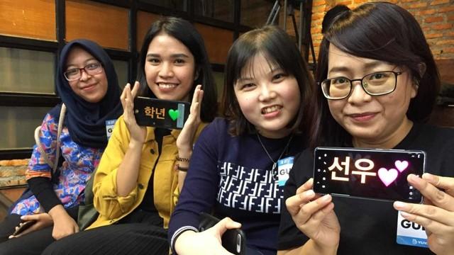 Sheyla (kanan) dan teman-teman selepas sesi V Live The Boyz di Jakarta, Jumat
