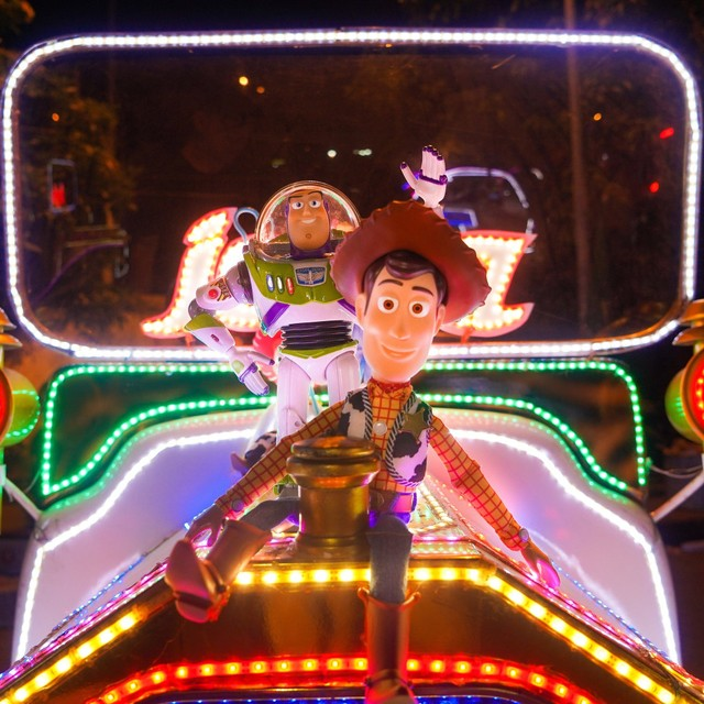 Woody dan Buzz Lightyear menikmati malam di Alun-alun Kidul, Yogyakarta menaiki becak lampu