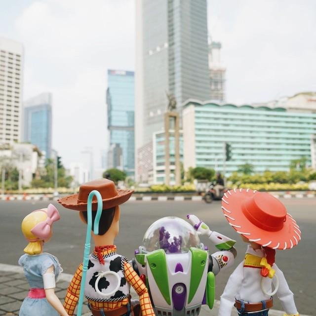 Woody, Buzz Lightyear, Bo Peep, dan Jessie mengunjungi Monumen Selamat Datang